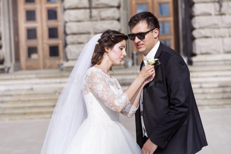 Beaux jeunes mariés se préparant au mariage extérieur photo libre de droits