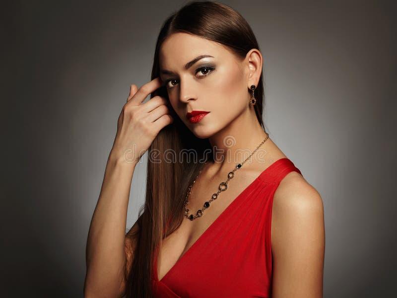 beaux jeunes sexy de femme Bijoux de port de fille de beauté Dame élégante dans la robe rouge photo stock