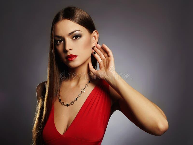 beaux jeunes sexy de femme Fille de brune de beauté avec le maquillage Robe rouge photographie stock libre de droits