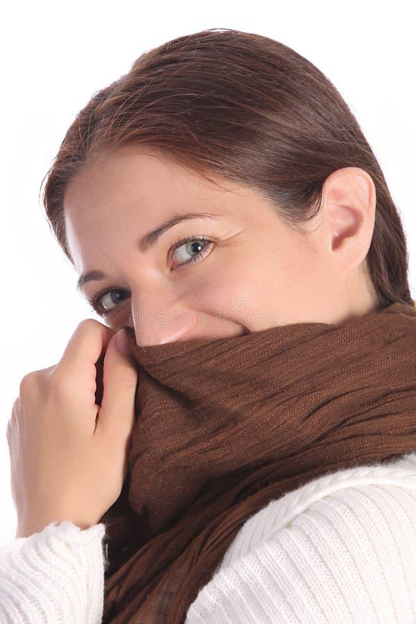 Beaux jeunes une femme avec l'écharpe brune photo libre de droits