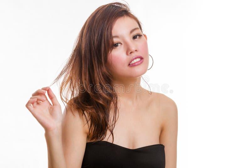 Beaux jeux asiatiques de femme avec des cheveux images stock