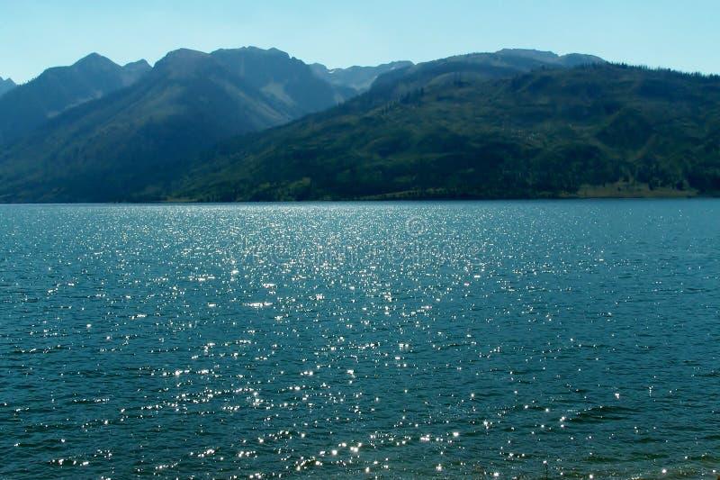 Download Beaux lac et montagnes photo stock. Image du rouge, grand - 45356318