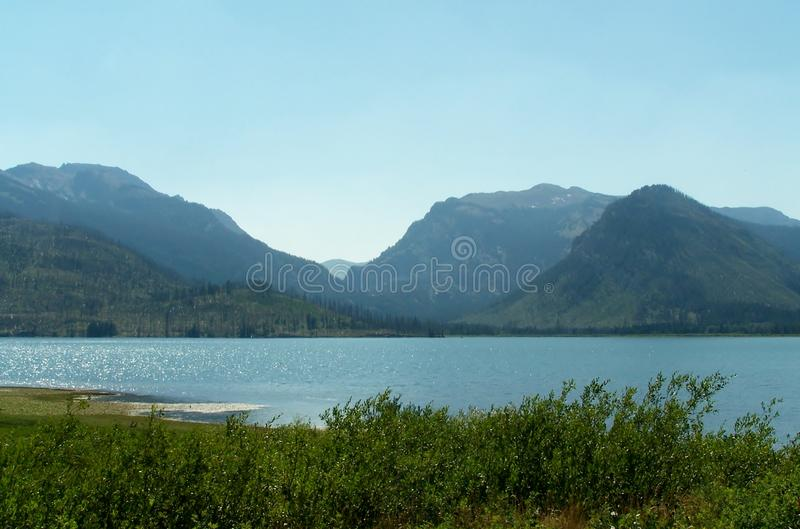 Download Beaux lac et montagnes photo stock. Image du zone, stationnement - 45356348
