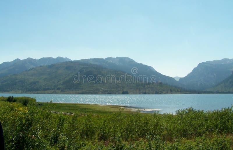 Download Beaux lac et montagnes image stock. Image du landmark - 45356375