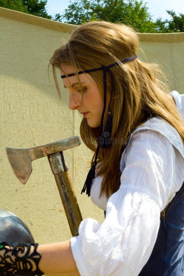 Beaux longs cheveux et hache de fille médiévale image libre de droits