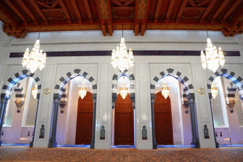 Beaux lustres dans le hall de la mosquée grande en Oman photo libre de droits