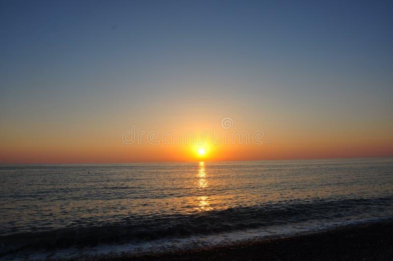 Beaux mer de coucher du soleil de soirée de paysage marin et horizont de ciel photo stock