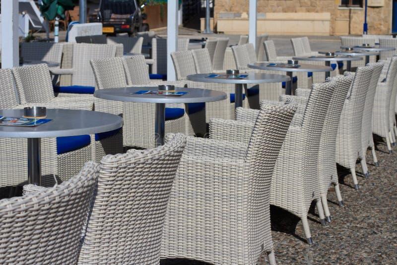 Beaux meubles en osier dans un café de rue image libre de droits