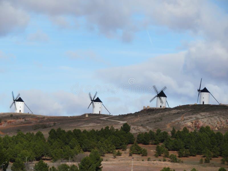 Beaux moulins à vent très vieux et qui décrivent un paysage très espagnol photos libres de droits
