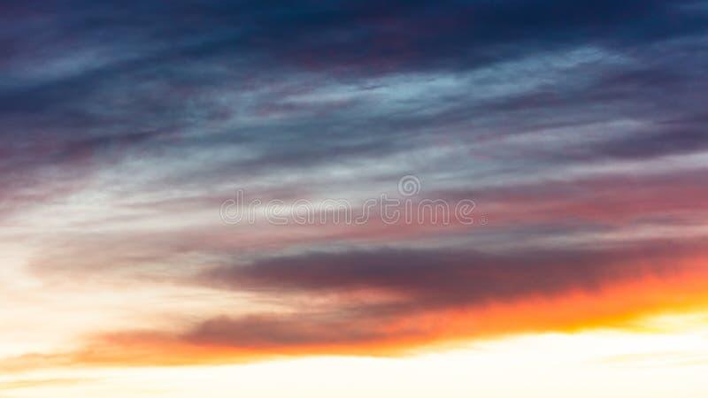 Beaux nuages au coucher du soleil comme fond abstrait image stock