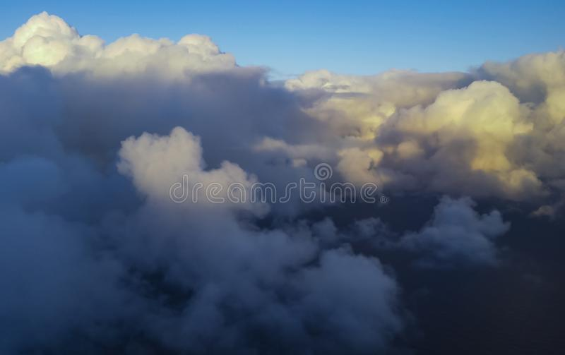 Beaux nuages au-dessus de la mer photo libre de droits