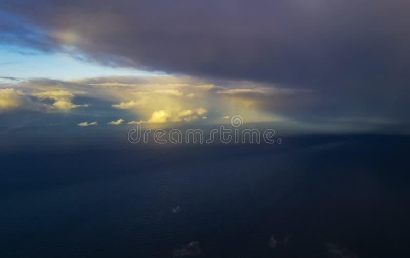 Beaux nuages au-dessus de la mer photographie stock libre de droits