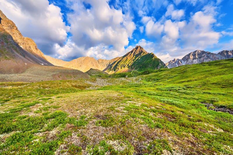 Beaux nuages au-dessus de toundra de montagne photographie stock libre de droits