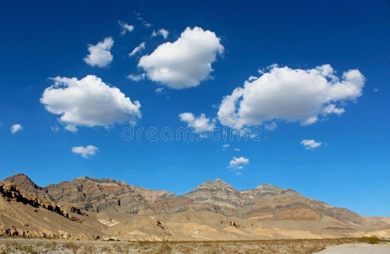 Beaux nuages blancs, parc national de Death Valley photos libres de droits