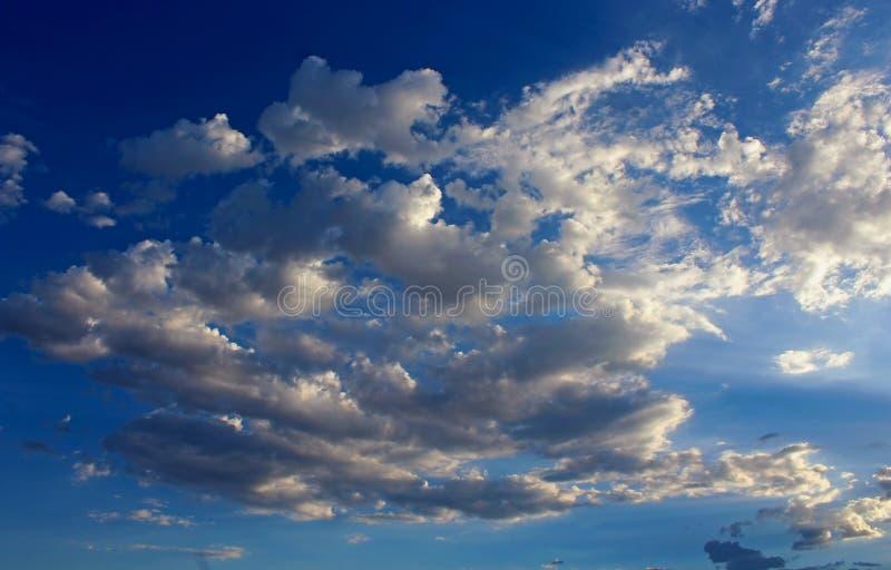 Beaux nuages blancs, parc national de Death Valley photo libre de droits