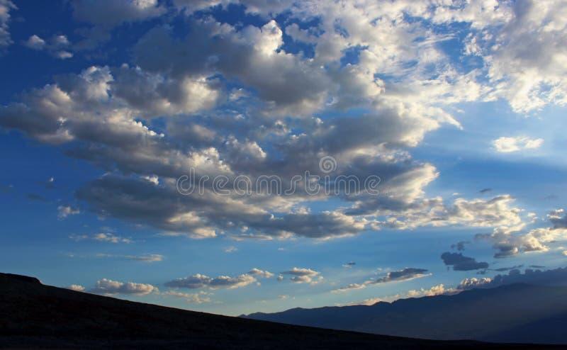 Beaux nuages blancs, parc national de Death Valley image libre de droits