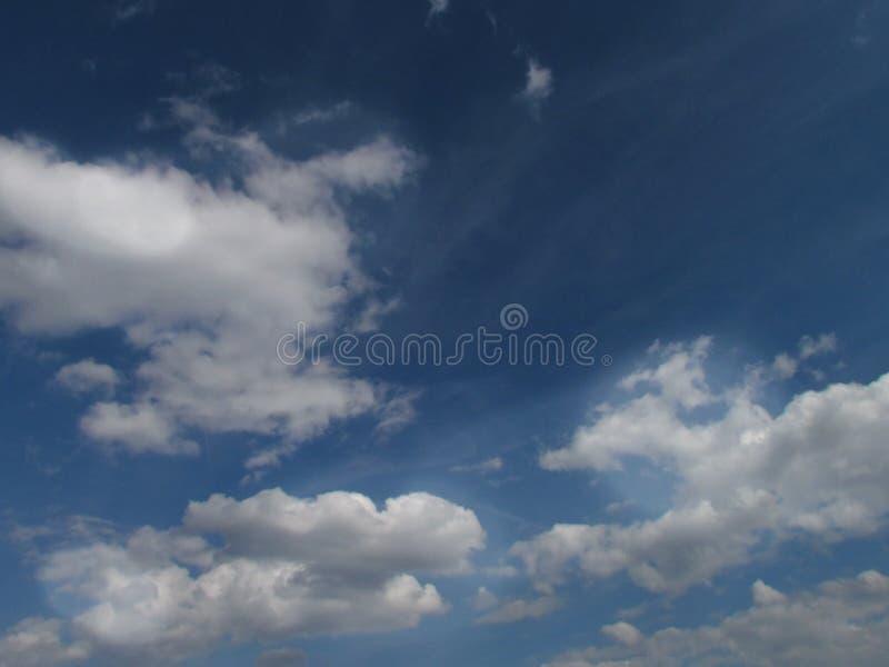 Beaux nuages blancs sur le ciel bleu-foncé d'été image stock