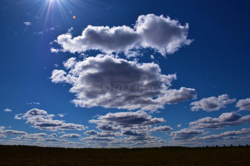 Beaux nuages dans le ciel bleu images libres de droits