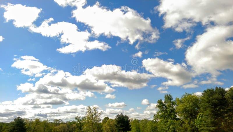 Beaux nuages dans un ciel bleu photographie stock