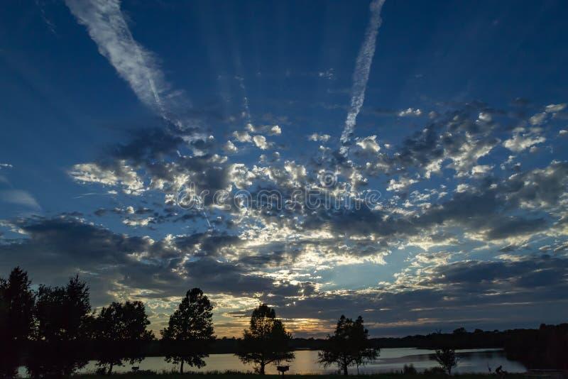 Beaux nuages dramatiques au coucher du soleil au-dessus du lac Zorinsky Omaha Nebraska image libre de droits