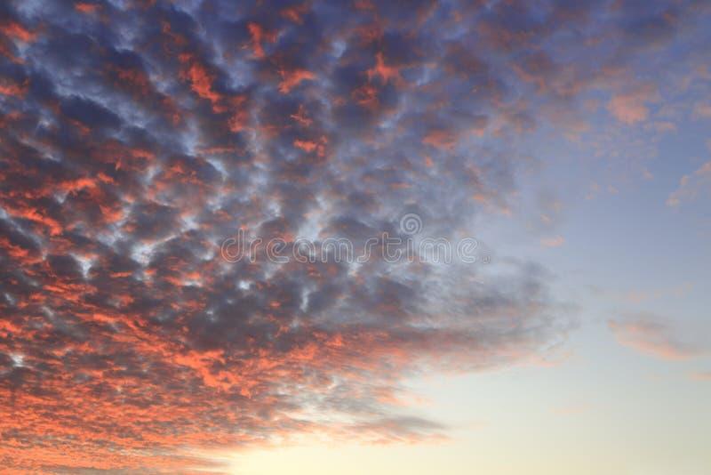 Beaux nuages du feu images stock