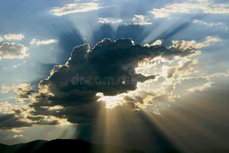Beaux nuages orageux, parc national de Death Valley photo stock