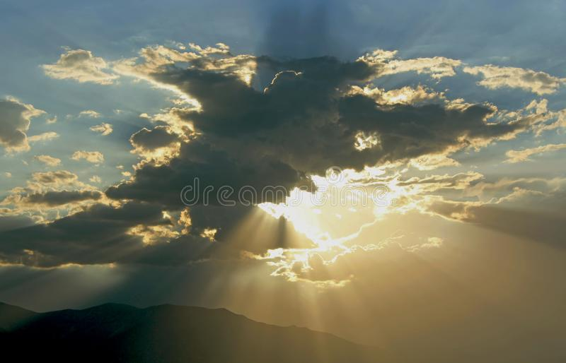 Beaux nuages orageux, parc national de Death Valley images libres de droits