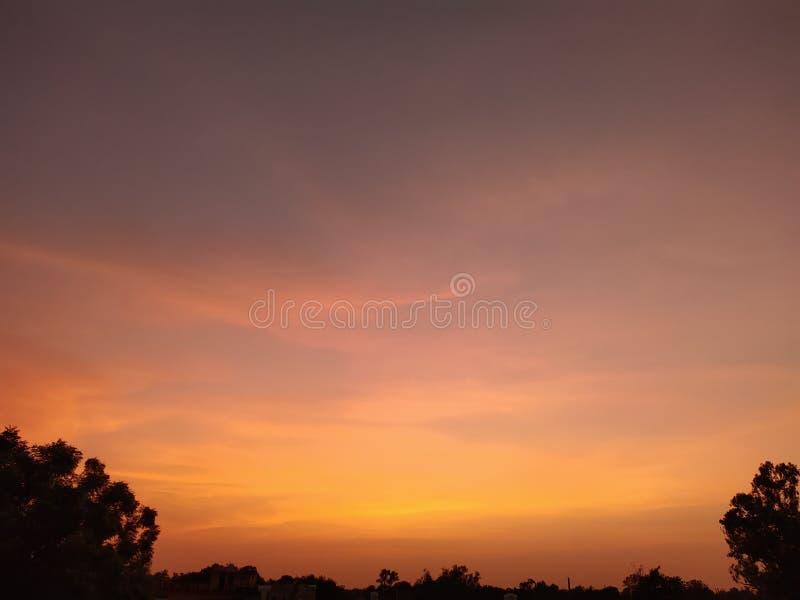 Beaux nuages oranges au coucher du soleil image libre de droits
