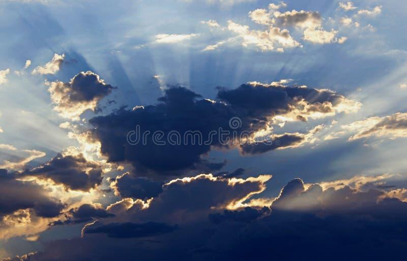 Beaux nuages, parc national de Death Valley image libre de droits