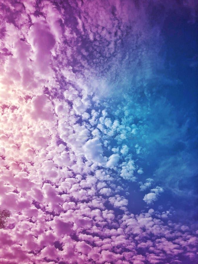 Beaux nuages pelucheux pourpres en ciel images libres de droits