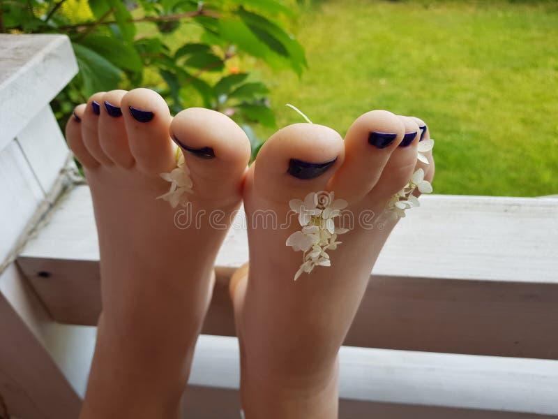 Beaux ongles de pied avec des fleurs image libre de droits
