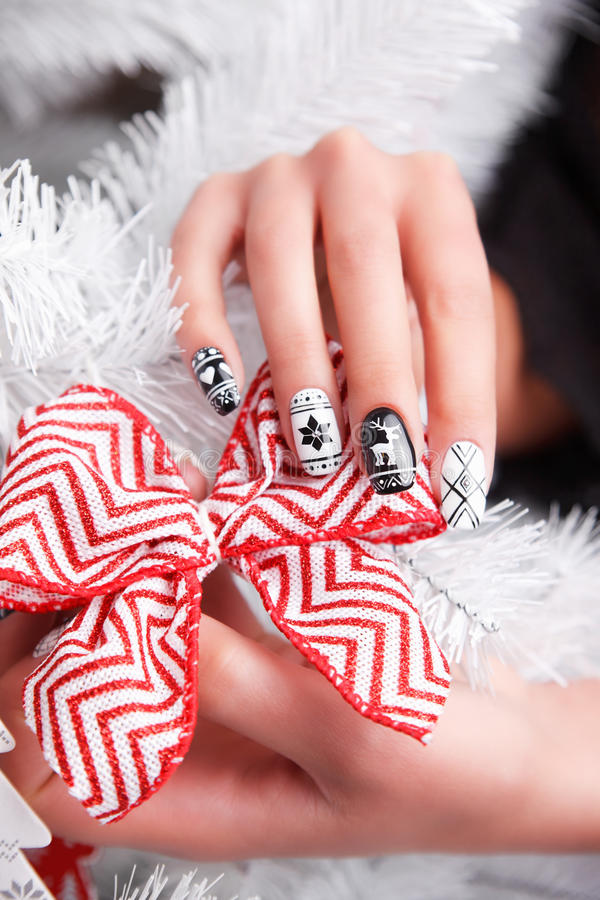 Beaux ongles manicured et par gel polis d'hiver images libres de droits