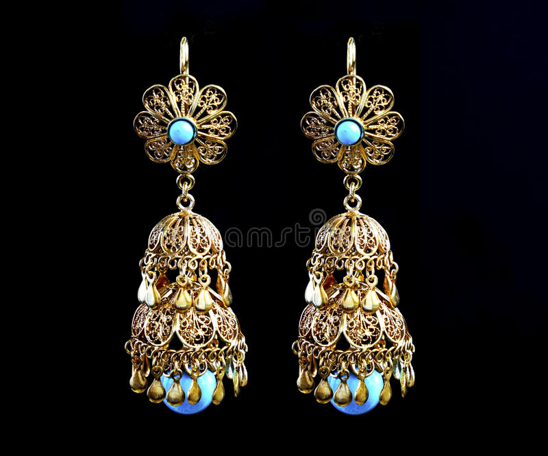 Beaux ornements d'or sur un fond foncé Bijoux pour des femmes Collier et boucles d'oreille photo stock