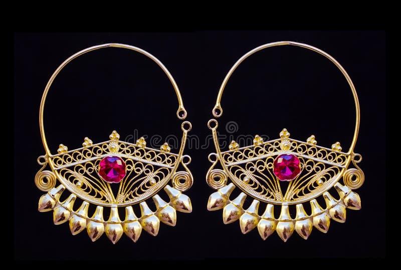 Beaux ornements d'or sur un fond foncé Bijoux pour des femmes Collier et boucles d'oreille images stock