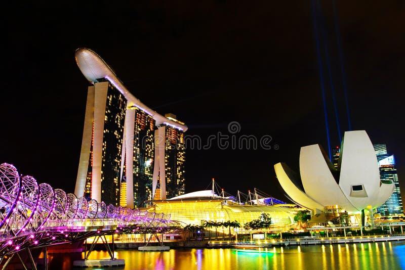 Beaux paysage et lumière de ville de pont de bâtiment et d'hélice de Marina Bay Sands ou de pont de double hélice la nuit à Singa photo stock