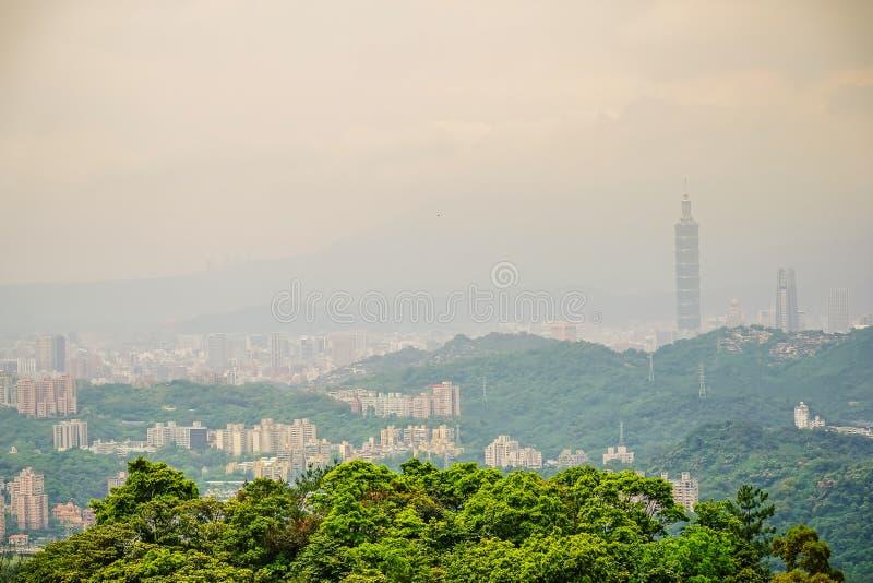 Beaux paysage et paysage urbain de Ta?peh construction et architecture de 101 dans l'horizon de ville au temps de coucher du sole image stock
