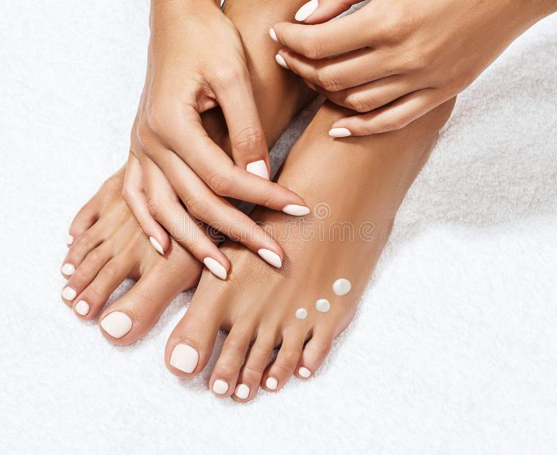 Beaux pieds femelles avec hydrater la crème photos libres de droits