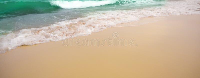 Beaux plage et ressac tropicaux images libres de droits