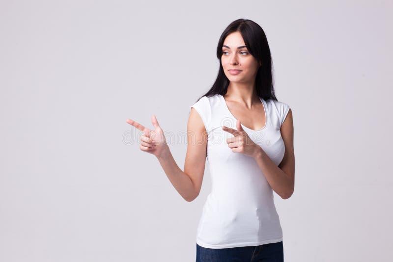 Beaux points de portrait de femme de brune avec ses bras au côté image libre de droits