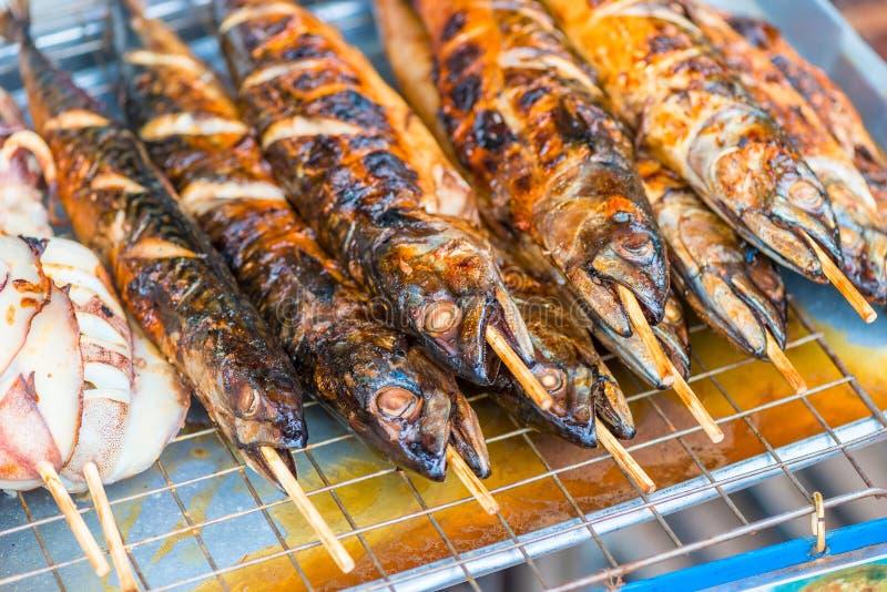 beaux poissons grillés aromatiques sur des brochettes en gros plan photo stock