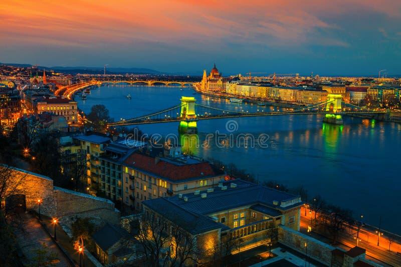 Beaux pont à chaînes et bâtiment du Parlement au coucher du soleil, Budapest, Hongrie photographie stock