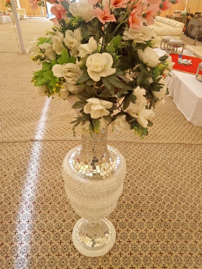 Beaux pots avec la floraison artificielle pour épouser l'événement image stock