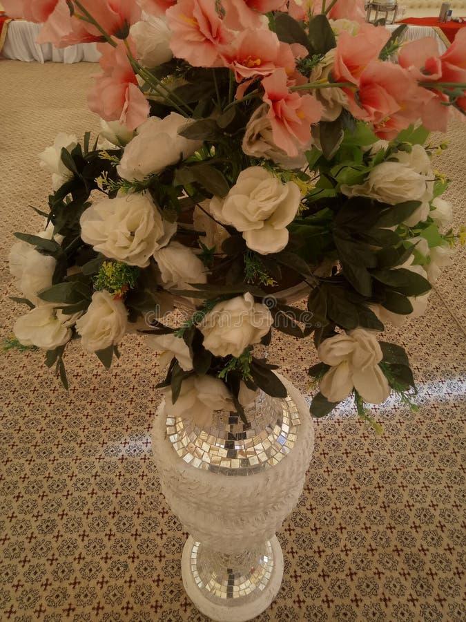 Beaux pots avec la floraison artificielle pour épouser l'événement photo libre de droits