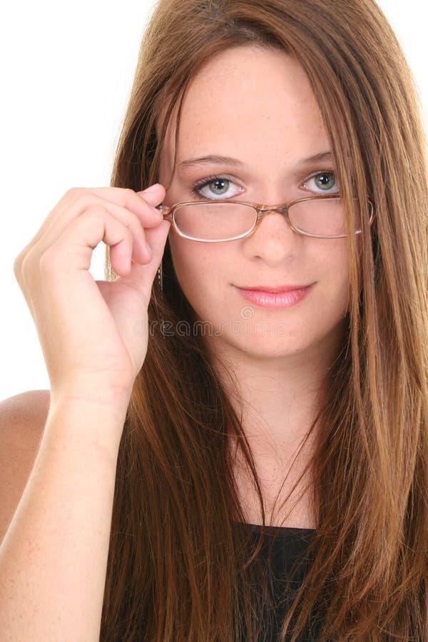 Beaux quatorze ans de regard de l'adolescence au-dessus des lunettes photographie stock