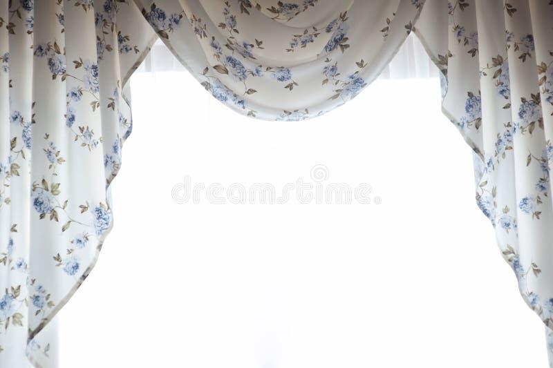 beaux rideaux avec des fleurs d 39 isolement sur le fond. Black Bedroom Furniture Sets. Home Design Ideas