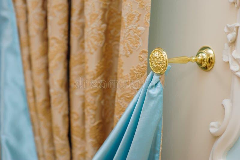 Beaux rideaux dans la chambre à coucher et un support d'or photo libre de droits