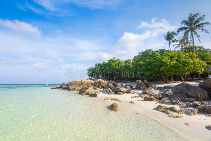 Beaux sable et roche blancs tropicaux près du hasard heureux Beac image stock