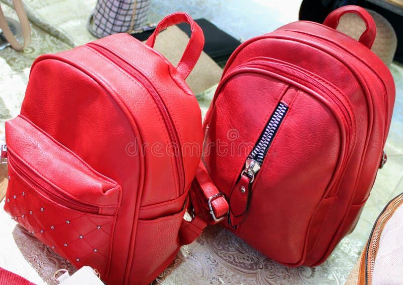 Beaux sacs à dos en cuir rouges images stock