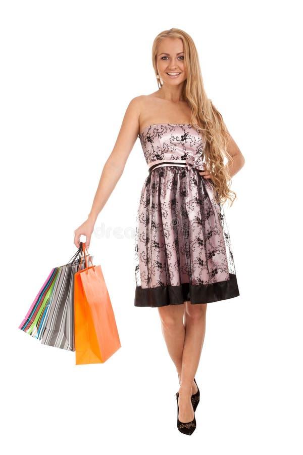 Beaux sacs à provisions blonds de fixation de femme photo libre de droits