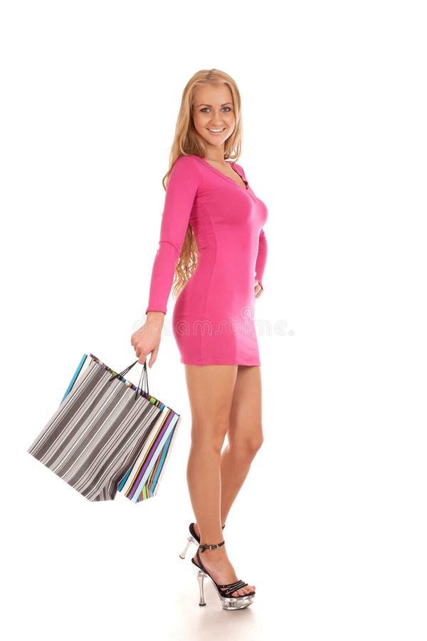 Beaux sacs à provisions blonds de fixation de femme images stock